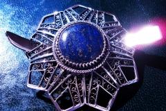 /Geometric Rosetta - Bis-Lapis Eye/ Sterling Silver Filigree Free-Form Lapis Lazuli round 2.0 cm Rosetta-Dimension round 5.5 cm Pin-dimenzion 7.0 x 0.9 cm
